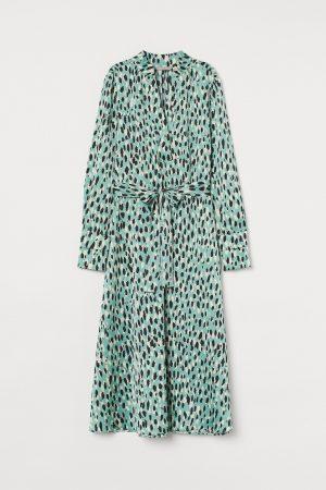 Satynowa sukienka we wzory